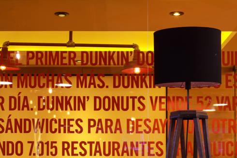 Dunkin' Donuts Tecamachalco: Salas multimedia de estilo moderno por Metro arquitectos