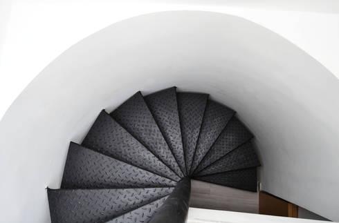 APARTAMENTO 64: Pasillos y vestíbulos de estilo  por santiago dussan architecture & Interior design