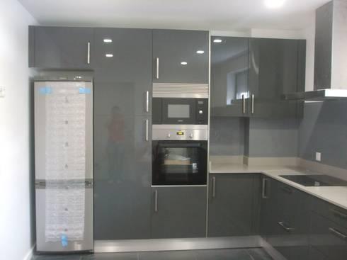 MORADIAS UNIFAMILIARES  T4 – VALONGO – PORTUGAL : Cozinhas minimalistas por SILFI - ARQUITETURA, ENGENHARIA E CONSTRUÇÃO