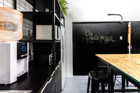 Cocina player: Cocina de estilo  por DOSA studio