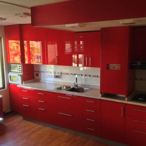 Cocina roja brillante: Espacios comerciales de estilo  por N.Muebles Diseños Limitada