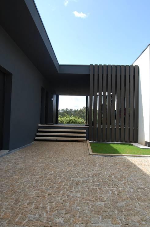 Casa da Vinha: Casas modernas por Engebasto - Atividades de Engenharia e Arquitetura, Lda