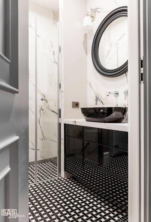 Mieszkanie w kamienicy: styl , w kategorii Łazienka zaprojektowany przez SAS