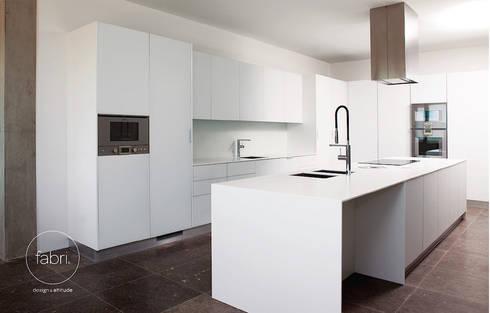Menos é mais: Cozinhas minimalistas por FABRI
