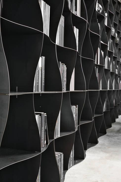Regał na książki | Ronda Design | Biblioteczka Iron-ic: styl , w kategorii Pomieszczenia biurowe i magazynowe zaprojektowany przez BandIt Design