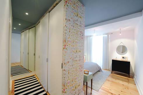 Apartamento Graça: Closets ecléticos por Espaço Mínimo