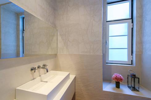 Apartamento Graça: Casas de banho ecléticas por Espaço Mínimo