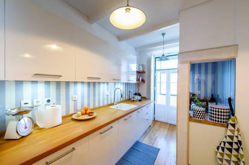 Apartamento Graça: Cozinhas ecléticas por Espaço Mínimo