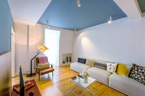 Apartamento Graça: Salas de estar ecléticas por Espaço Mínimo