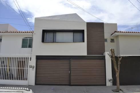 Nueva fachada:  de estilo  por CUBO ROJO Arquitectura