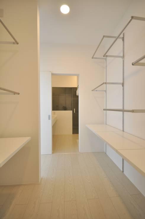 Closets de estilo moderno por 門一級建築士事務所
