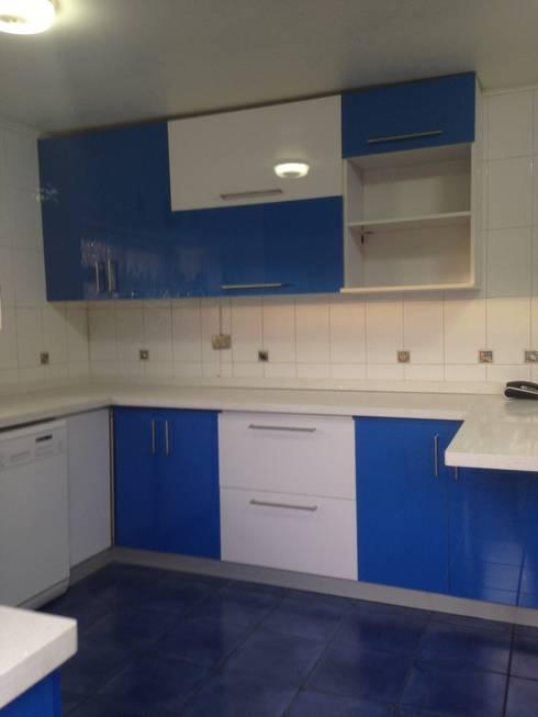 Cocina color (azul, blanco brillante) de N.Muebles Diseños Limitada ...