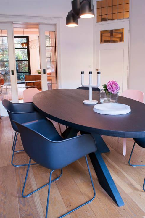 eettafel met zwart en roze:  Eetkamer door IJzersterk interieurontwerp