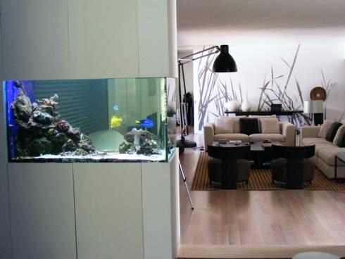 ADn saltwater aquarium: Corredor, hall e escadas  por ADn Aquarium Design