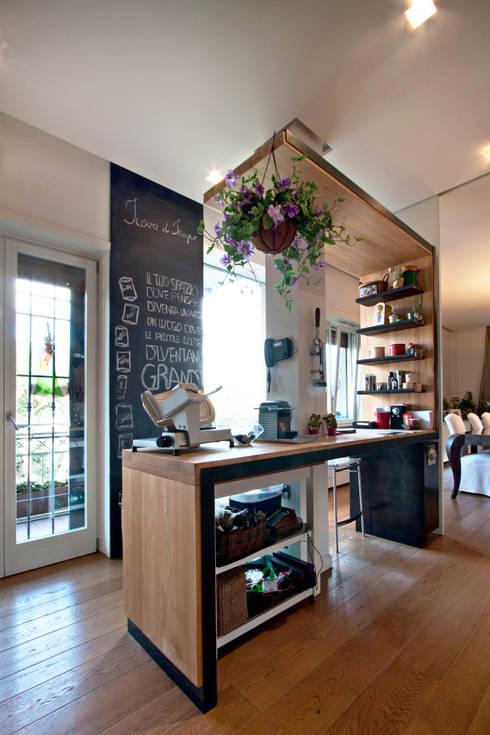 Casa Monteverde: Cucina in stile  di Anomia Studio