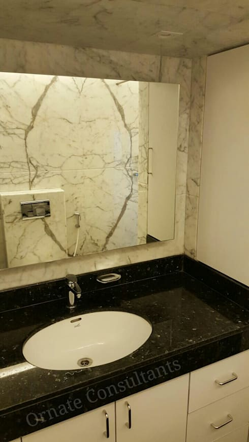 Luxurious Residence at Walkeshwar:  Bathroom by Ornate Consultants