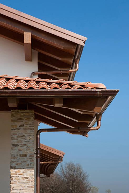 Un gioiello abitativo perfettamente integrato nel suo habitat naturale.: Case in stile in stile Classico di Barra&Barra Srl