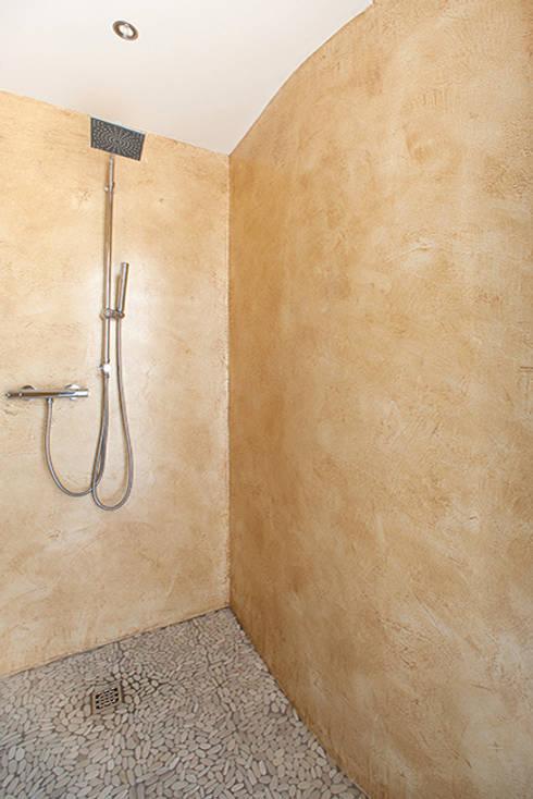 Un gioiello abitativo perfettamente integrato nel suo habitat naturale.: Bagno in stile in stile classico di Barra&Barra Srl