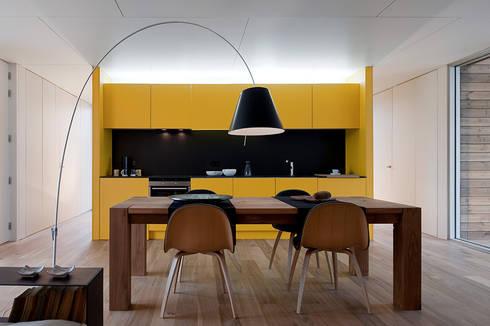 Soyo Village: Salas de jantar modernas por Jular Madeiras