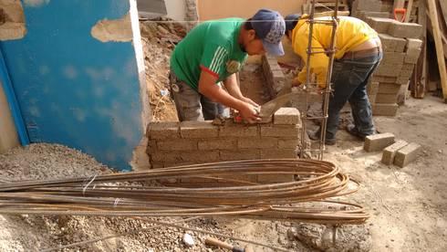 Another brick in the wall (otro tabique en el muro):  de estilo  por Ingenieros y Arquitectos Continentes