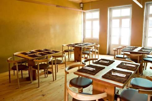 Pé d'Arroz - Vegetarian restaurant in Matosinhos, Portugal: Salas de jantar minimalistas por Arquitectura Sensivel