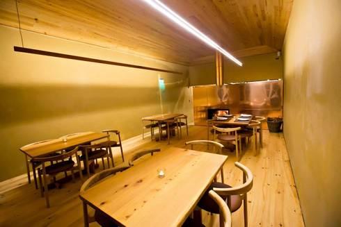 Pé d'Arroz – Vegetarian restaurant in Matosinhos, Portugal: Salas de jantar minimalistas por Arquitectura Sensivel