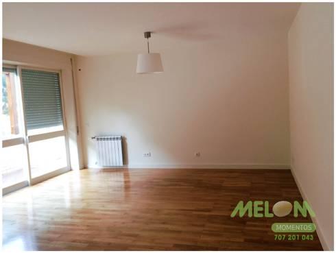 Remodelação de Apartamento: Salas de estar clássicas por MELOM Momentos