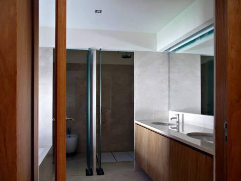 Bathroom: Casas de banho minimalistas por Arquitectura Sensivel