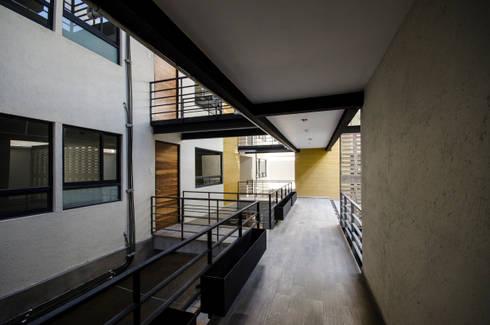 Pasillo principal:  de estilo  por PABELLON de Arquitectura