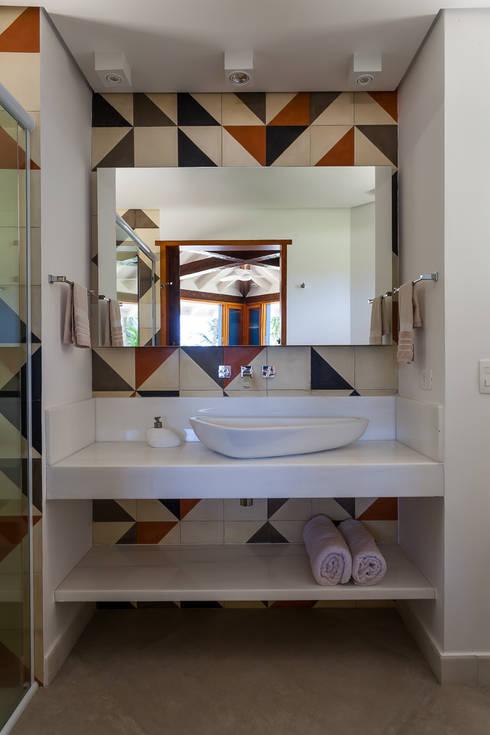 Casa Caiçara: Banheiros coloniais por RAC ARQUITETURA
