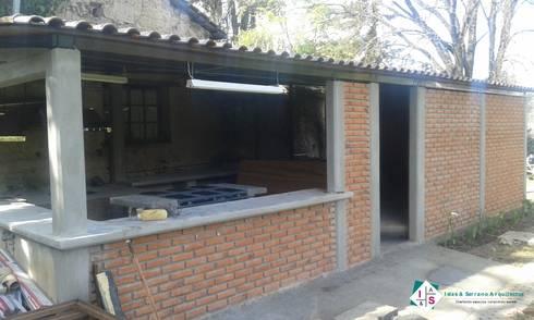 Cocina Huasca: Cocinas de estilo rústico por ISLAS & SERRANO ARQUITECTOS