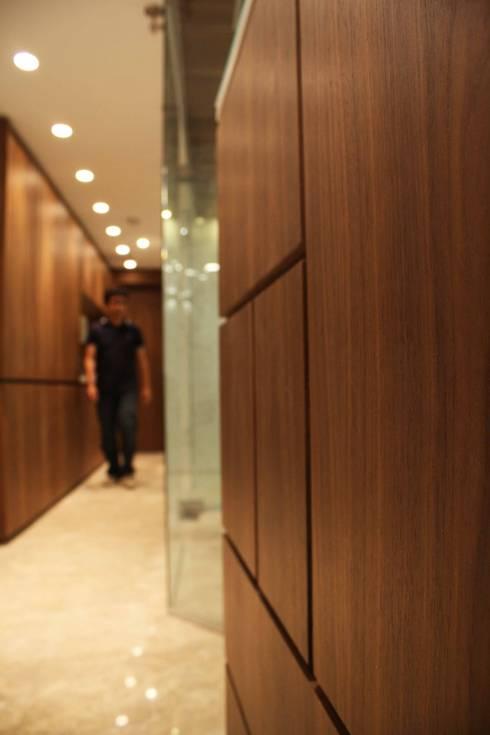 oficina J: Oficinas de estilo minimalista por minima design & architecture studio