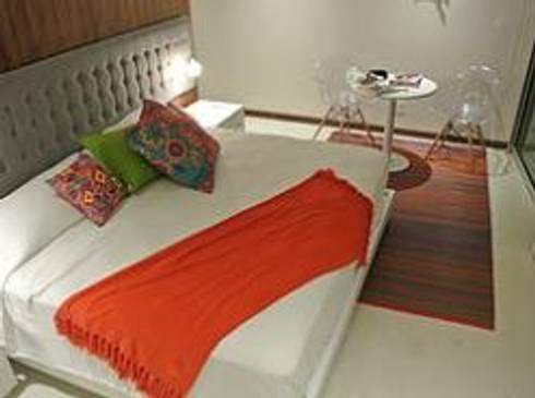 Recámara con cabecera volada.: Recámaras de estilo minimalista por ArtiA desarrollo, arquitectura y mobiliario.