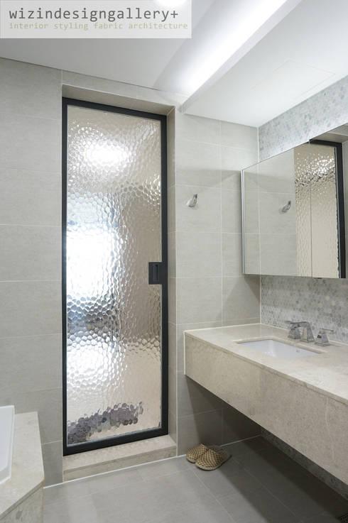 반포 래미안퍼스티지 욕실 슬라이딩도어: wizingallery의  욕실