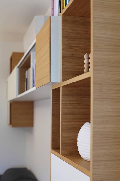 Dettaglio - Mobile libreria: Soggiorno in stile  di gianluca valorz architetto