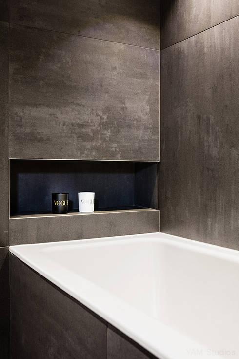 Baños de estilo industrial por YAM Studios