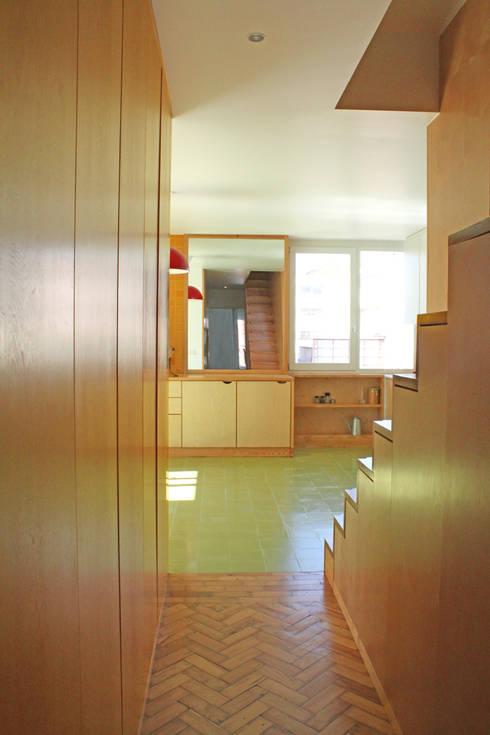 Cozinha entrada:   por SAMF Arquitectos