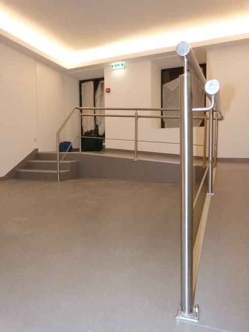 Zona de entrada: Clínicas  por IsabelazevedoArquitectura&Interiores