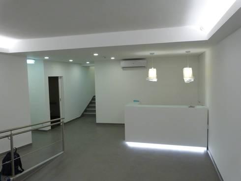 sala de espera- balcão de atendimento / depois: Clínicas  por IsabelazevedoArquitectura&Interiores