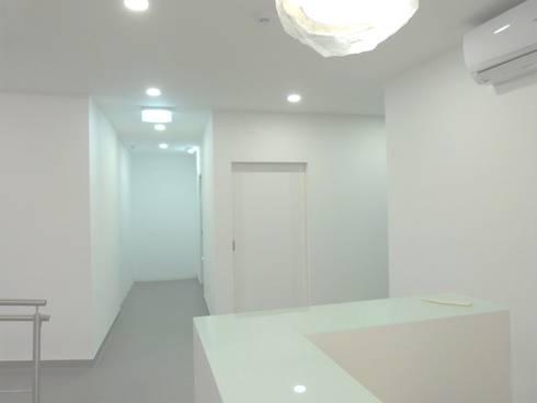 corredor de acessos/Depois: Clínicas  por IsabelazevedoArquitectura&Interiores