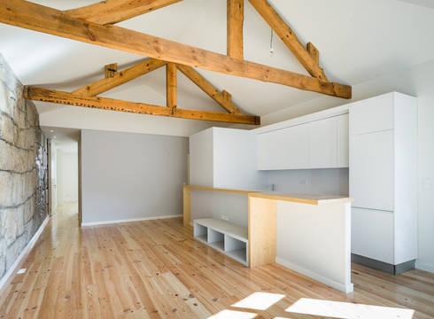 Taipas_1: Salas de estar modernas por XYZ Arquitectos Associados