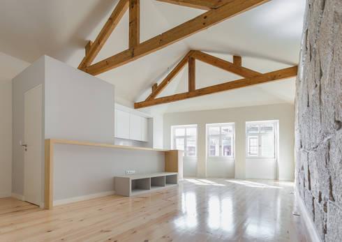 Taipas_2: Salas de estar modernas por XYZ Arquitectos Associados