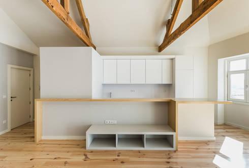 Taipas_3: Salas de estar modernas por XYZ Arquitectos Associados