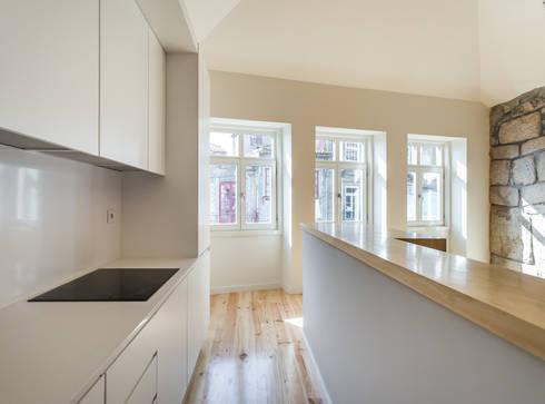 Taipas_6: Cozinhas modernas por XYZ Arquitectos Associados