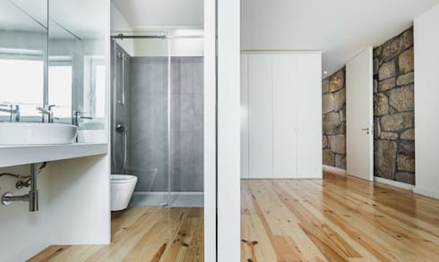 Taipas_7: Casas de banho modernas por XYZ Arquitectos Associados