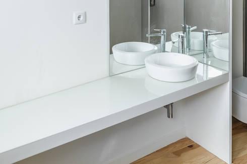 Taipas_8: Casas de banho modernas por XYZ Arquitectos Associados