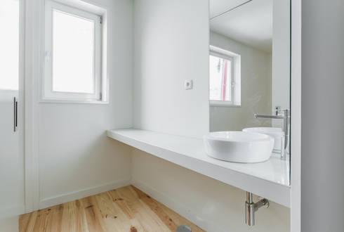 Taipas_9: Casas de banho modernas por XYZ Arquitectos Associados