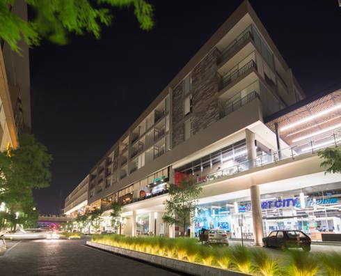 FACHADA (NORESTE): Espacios comerciales de estilo  por Rousseau Arquitectos