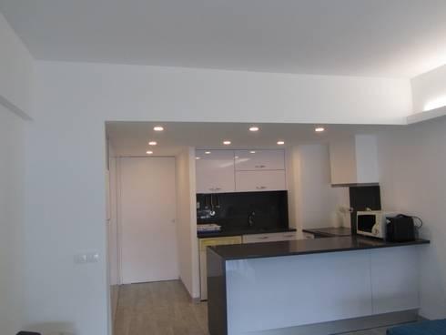 Apartamento Sesimbra: Cozinhas minimalistas por INNER TREE