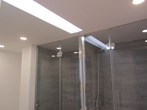 Apartamento Sesimbra: Casas de banho minimalistas por INNER TREE